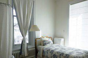 plain-bright-color-small-bedroom
