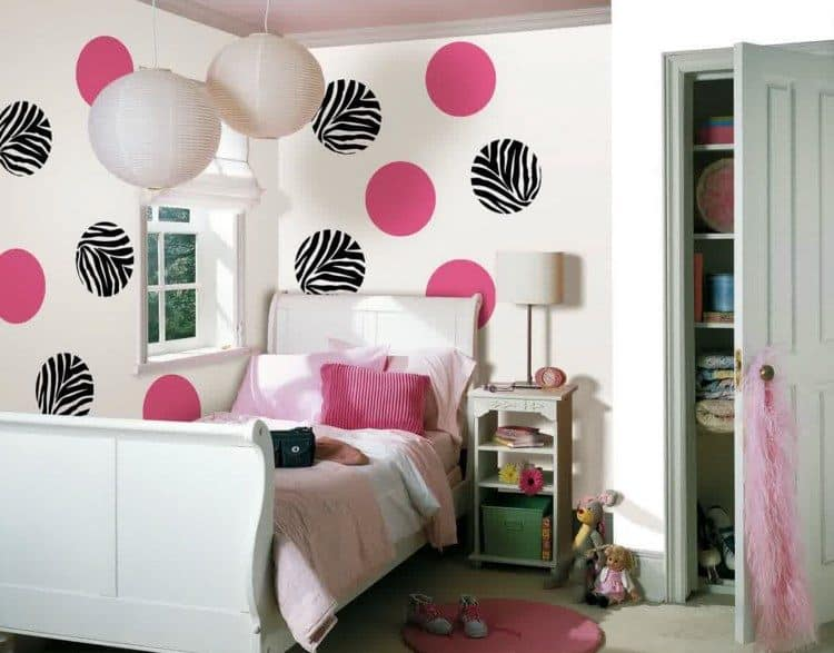 Small Bedroom For Girls - Polka Dot Walls